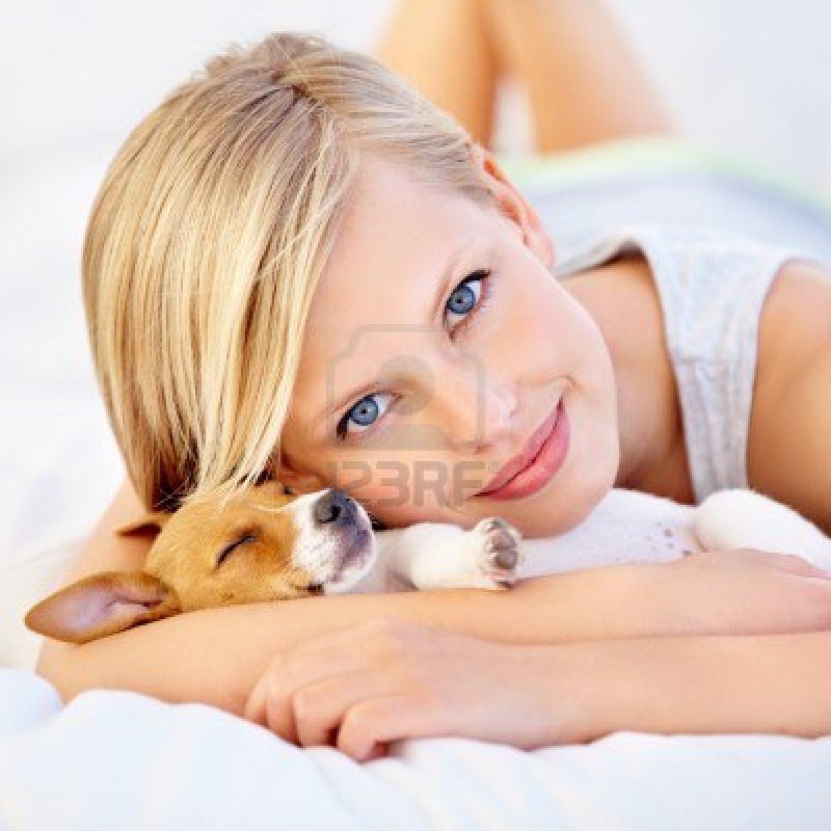 Giovane donna suo cucciolo dorme in braccio fondazione - Una valigia sul letto streaming ...