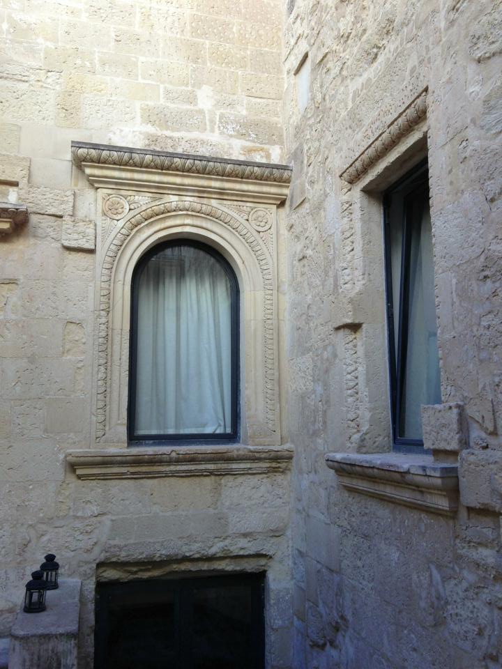Finestre nel cortile del Palazzo Giaconìa